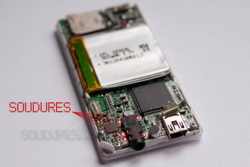 Photo d'un lexteur MP3 démonté présentant un faux contact au niveau de la prise kack.